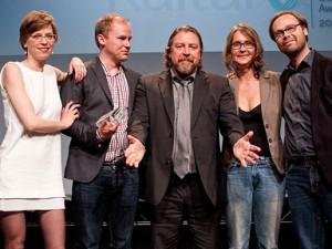 """Die Macher von """"berlinfolgen"""" mit Laudator Armin Rohde (Mitte); Foto: Jens Becker/lensemann.de"""