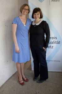 """Sandra Müller (l.) und Katharina Thoms von """"Jeder Sechste ein Flüchtling"""" des SWR; Foto: Grimme-Institut / Jens Becker"""