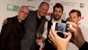 """Das Team von """"Jung & Naiv"""" bei der Verleihung des Grimme Online Award 2014 mit Laudator Jörg Thadeusz (2. v. l.); Foto: Grimme-Institut/Jens Becker"""