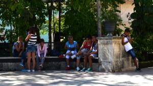 Leute starren auf ihr Handy: In Kuba nur dort, wo es WLAN gibt. Foto: Vera Lisakowski