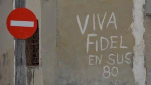 Schriftzug 'Es lebe Fidel' neben einem Durchfahrt-Verboten-Schild. Foto: Vera Lisakowski
