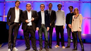 """Die Preisträger für die erste mit dem Tool """"Pageflow"""" erstellte Reportage """"Pop auf'm Dorf"""" im Jahr 2014 auf der Bühne. Foto: Grimme-Institut / Jens Becker"""