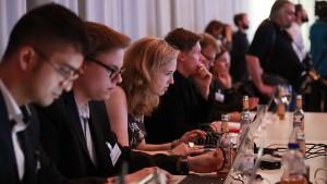 So in etwa sieht das Team des Grimme Online Award auch beim Sichten aus. Foto: Grimme-Institut / Georg Jorczyk