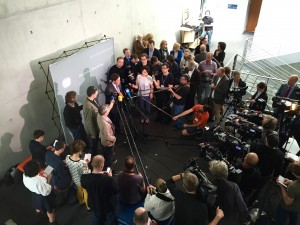 Politisches Statement: Konstantin von Notz, Obmann der Fraktion B90/Die Grünen, von der Presse umringt