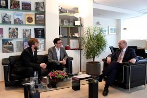 Alexej Hock (l.) und Johannes Filous mit EU-Parlamentspräsident Martin Schulz. Foto: @streetcoverage