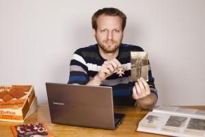 Christian Mack mit einem Foto seines Opas und Kriegsorden. Foto: Opas Krieg/ Beatrice Treydel