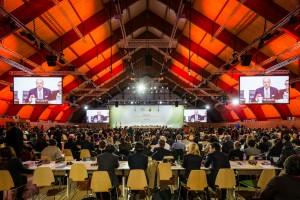 Der große Plenarsaal in Paris. Nur ein Teil der 10.000 Delegierten aus 195 Staaten hatte hier Platz. Der Gipfel wurde vom französischen Außenminister Laurent Fabius geleitet. Foto: Das Paris-Protokoll