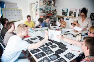 Mitglieder der Redaktion Ohrenkuss bei einem Workshop zum Thema Chromosomen; Foto: Sandra Stein