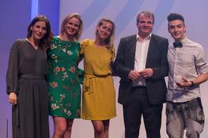 """Das Team von """"BrainFed"""" mit Preispatin Jeannine Michaelsen (l.) bei der Preisverleihung zum Grimme Online Award 2016. Foto: Grimme-Institut/Arkadiusz Goniwiecha"""