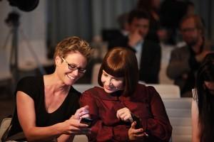 """Sandra Müller und Katharina Thoms (v.l.) von """"Jeder Sechste ein Flüchtling"""" bei der Preisverleihung zum Grimme Online Award 2015. Foto: Grimme-Institut/Georg Jorczyk"""