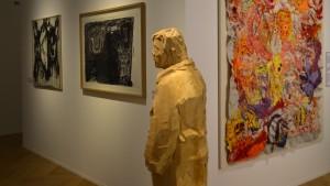 Holzfigur des Künstlers Otto Keuler, rechts davon ein großformatiger bunter bestickter Wandteppich der Künstlerin Birgit Ziegert. Foto: Vera Lisakowski