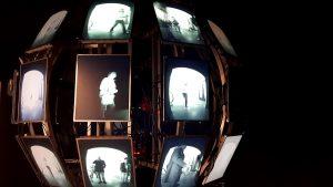 """Die Installation """"plplpl.pl_Scrutiny"""" von Matthias Oostrik überwacht den Betrachter - und zeigt ihm die entstandenen Bilder an. Foto: Vera Lisakowski"""