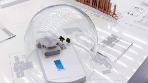 """""""The Zuckerberg House"""", 2016 - Modell des Hauses von Facebook-Gründer Mark Zuckerberg unter einer Glasglocke von Tactical Technology Collective zusammen mit La Loma. Rechte bei den Künstlern; Foto: laloma.info"""