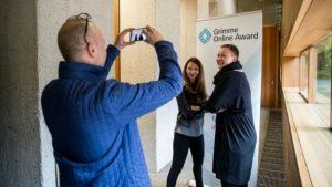 """Klaudija Schnödewind und Laura Schwengber von """"Die mit den Händen tanzt"""" bei der Bekanntgabe der Nominierungen zum Grimme Online Award. Foto: Grimme-Institut / Arkadiusz Goniwiecha"""