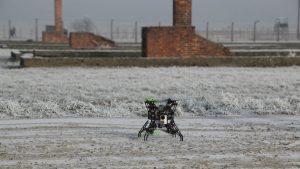 Die Drohne ermöglicht es, Bilder über das Gelände hinweg aufzunehmen. Foto: Gerhard Schick, WDR