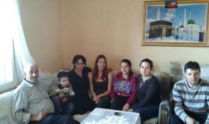 Laura inmitten der herzlichen Familie Berisha. Foto: Laura Meschede