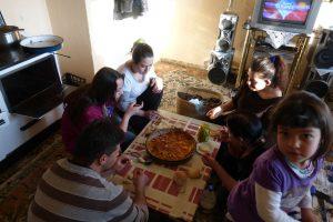 Bei der Familie wird jedes Essen geteilt. Foto: Laura Meschede
