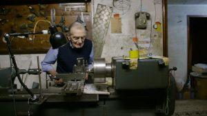 Filmstill: Antonio Ceseri, der letzte Zeitzeuge, in seiner Werkstatt.
