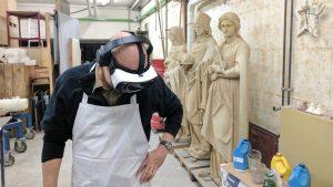 in Bildhauer mit VR-Brille in der Werkstatt. Foto: WDR/Stefan Domke