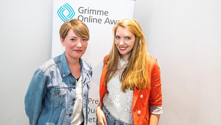 """Lisa Altmeier und Steffi Fetz, Gründerinnen von """"Crowdspondent"""", vor einem Rollup des Grimme Online Award; Foto: Rainer Keuenhof/Grimme-Institut"""