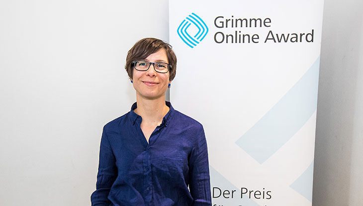 """Tanja Krämer, Mitbegründerin von """"RiffReporter"""", vor einem Rollup des Grimme Online Award; Foto: Rainer Keuenhof/Grimme-Institut"""