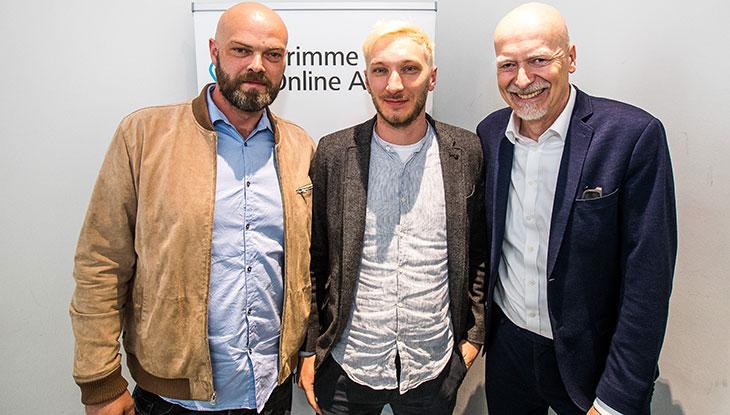 """Ein Teil des Teams von """"Y-Kollektiv"""" bei der Bekanntgabe der Nominierung vor einem Rollup des Grimme Online Award; v.l.n.r.: Christian Tippe, Dennis Leiffels, Helge Haas (Radio Bremen); Foto Rainer Keuenhof/Grimme-Institut"""