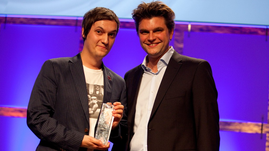 Florian Mundt, alias LeFloid, bei der Verleihung des Publikumspreises 2014 mit Laudator Lutz van der Horst (r.); Foto: Grimme-Institut/Jens Becker