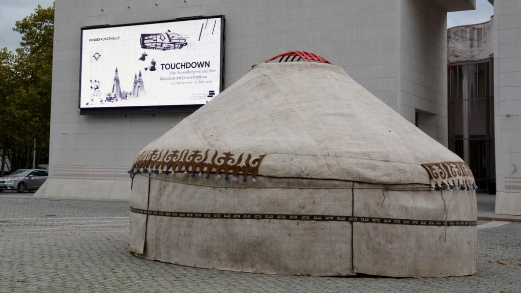 """Eine Jurte weist schon vor der Bonner Bundeskunsthalle auf die Ausstellung """"Touchdown"""" hin. (Wer's nicht kapiert: Jurte - Mongolei - Mongolismus, eine früher gängige Bezeichnung für das Down-Syndrom.) Foto: Vera Lisakowski"""