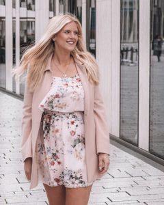 Fashion Bloggerin Sophia Hesse vor dem Köbogen