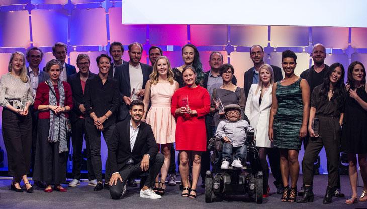 Gruppenbild der PreisträgerInnen des Grimme Online Award 2018 mit Moderator Daniel Bröckerhoff, Foto: Grimme-Institut/Arkadiusz Goniwiecha