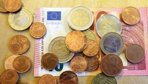 Ein Zehn-Euro-Schein und mehrere Münzen. Foto: Vera Lisakowski