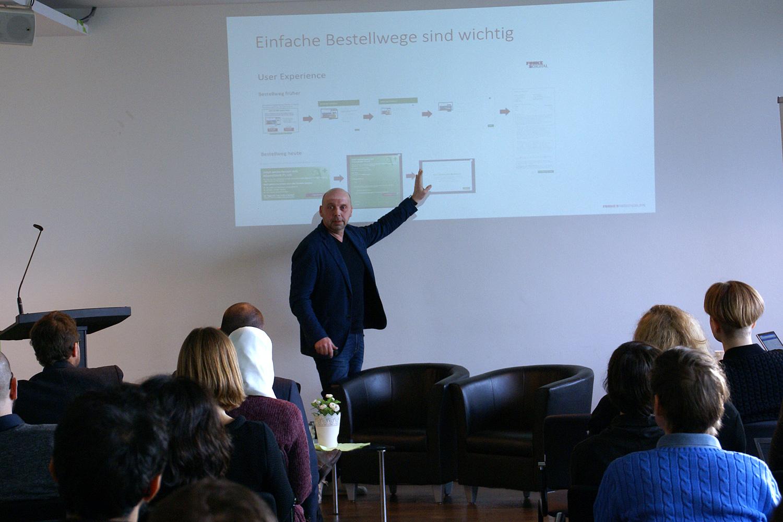 """Carsten Erdmann von der Funke Mediengruppe spricht beim Symposium """"Erfolgreicher digitaler Journalismus"""". Foto: Daniel Kunkel"""