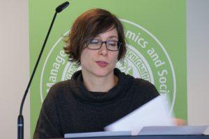 """Tanja Krämer von den """"RiffReportern"""" spricht beim Symposium """"Erfolgreicher digitaler Journalismus"""" über die Gründung der Genossenschaft. Foto: Daniel Kunkel"""
