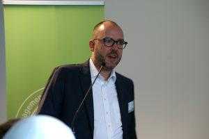 """Till Rixmann von DuMont Rheinland bei seinem Vortrag beim Symposium """"Erfolgreicher digitaler Journalismus"""". Foto: Daniel Kunkel"""