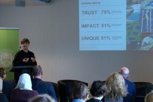 """Sara Schurmann von VICE bei ihrem Vortrag beim Symposium """"Erfolgreicher digitaler Journalismus"""". Foto: Daniel Kunkel"""