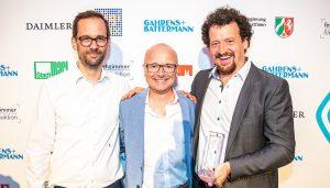 """Christian Frey (links) und Moritz Gathmann von """"Buterbrod und Spiele"""", in der Mitte Preispate Karsten Schwanke. Foto: Rainer Keuenhof/Grimme-Institut"""