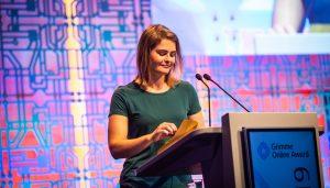 Laudatorin Hazel Brugger am Pult. Foto: Gina Wetzler/Grimme-Institut
