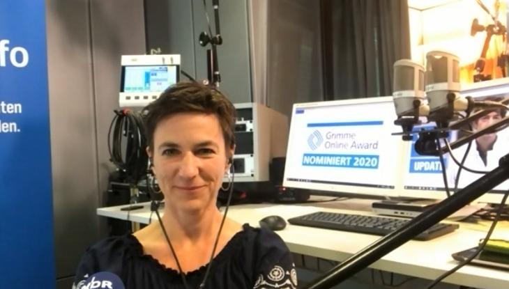 Screenshot Zoom: Podcast-Host Korinna Hennig im Interview