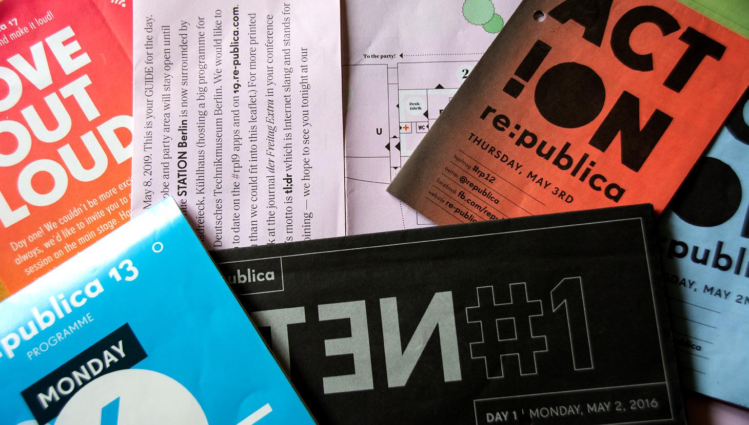 re:publica-Programmhefte unterschiedlicher Jahre. Foto: Vera Lisakowski
