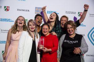 """Das Team von """"Mädelsabende"""", ausgezeichnet in der Kategorie """"Kultur und Unterhaltung"""" mit Preispatin Idil Baydar: Clare Devlin, Marie Hanrath, Farah Schäfer, Verena Lammert und Naina Kümmel."""